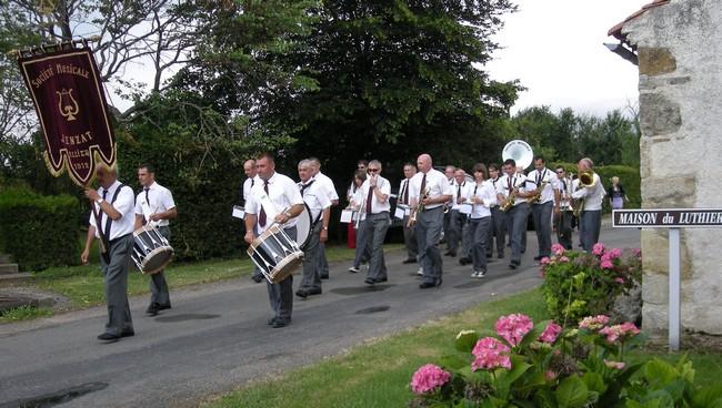 Le défilé de la Société musicale de Jenzat a donné un son éclatant à cette cérémonie du vernissage. (cliché C.C.)