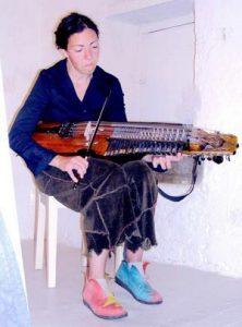 Judith Genot et son nickelharpa, Jenzat, Maison du luthier – musée  © photo JFC