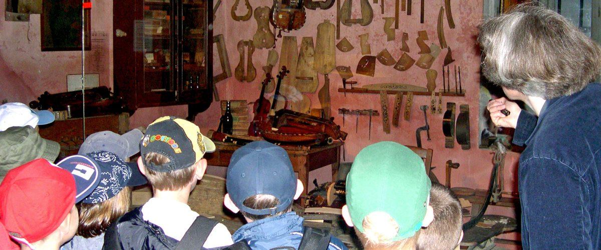 Découverte de l'atelier du luthier par les enfants des écoles © AVJ - CRMT